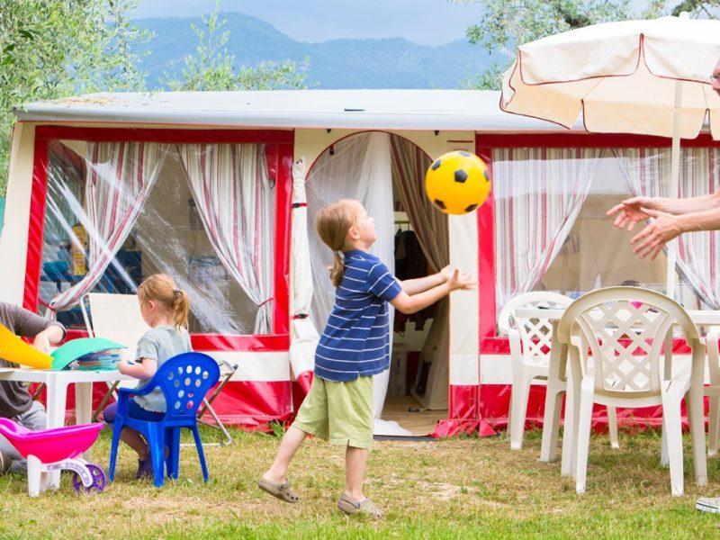 Accommodatie bungalowtent voorzijde familie