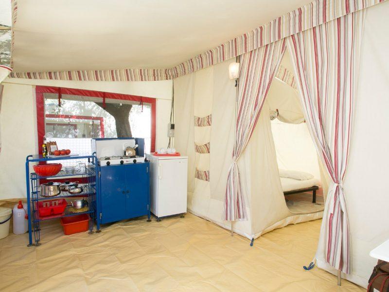 Accommodatie bungalowtent keukengedeelte