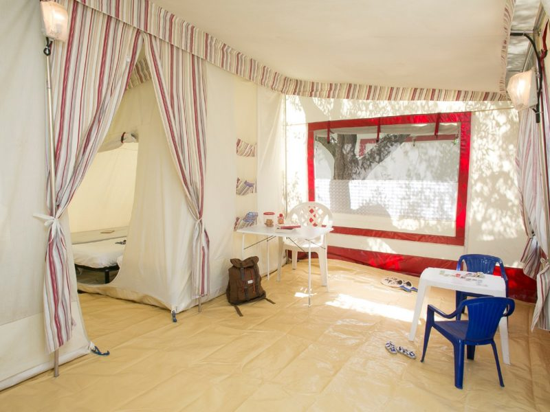 Accommodatie bungalowtent voortent zitgedeelte