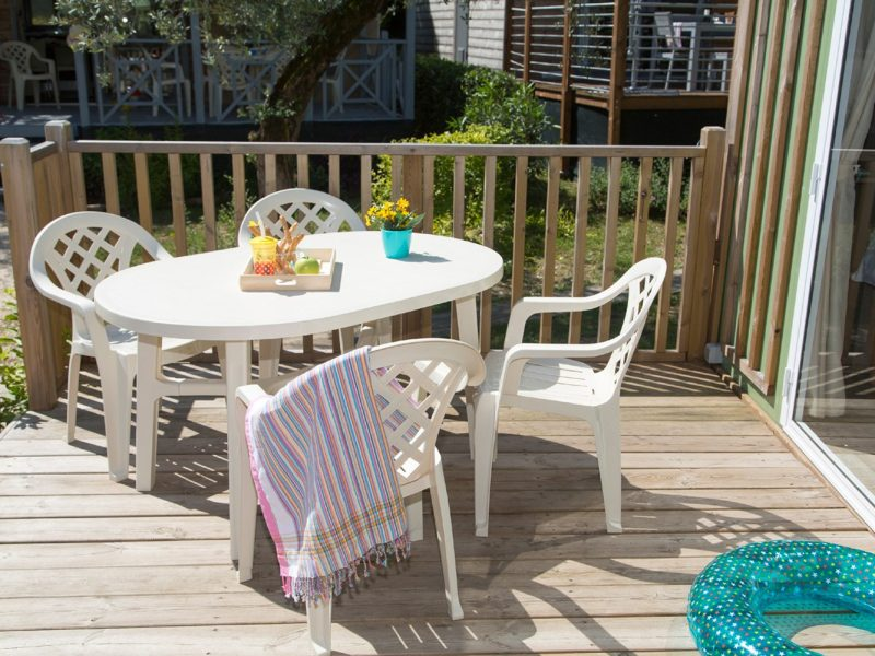 Accommodatie hybridlodge clever veranda zitgedeelte