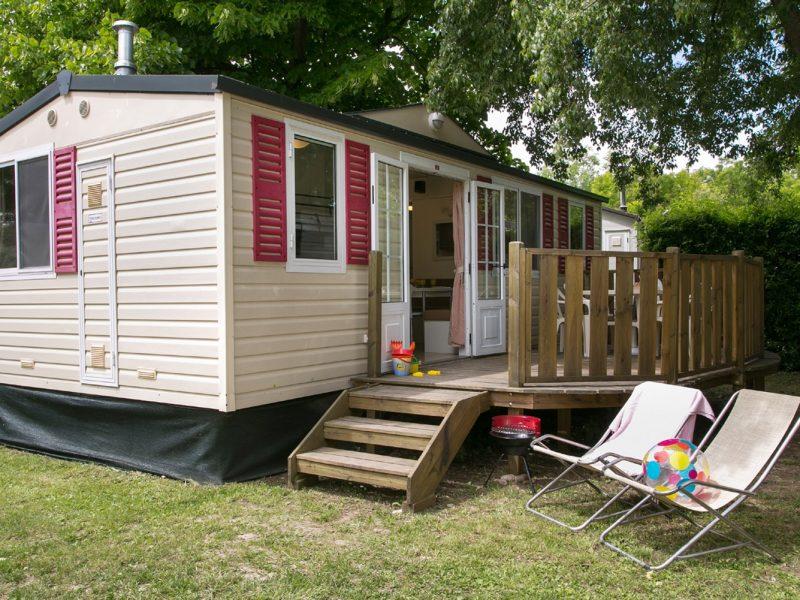 Accommodatie stacaravan op de camping ligstoelen