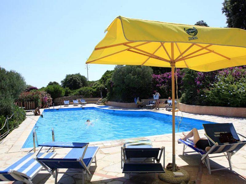 Residence Village Lu Nibareddu zwembad gele parasol