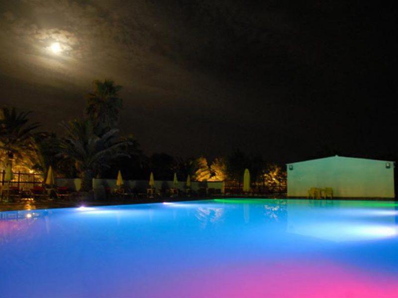 Torre del Porticciolo zwembad avond