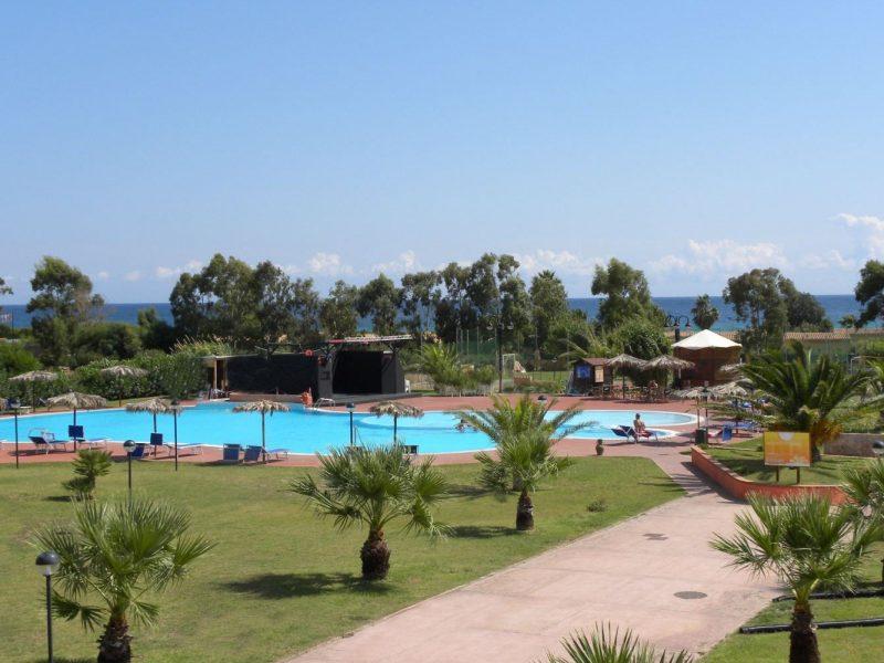 Rey Beach Club Costa Rei zicht op zwembad