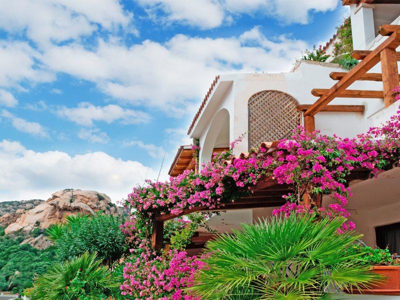 Sardinië huizen bloemen